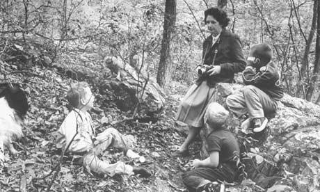 En un bosque cercano a su casa de Maryland en 1962, año de la publicación de Primavera silenciosa